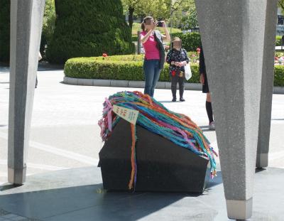 原爆の子の像と千羽鶴