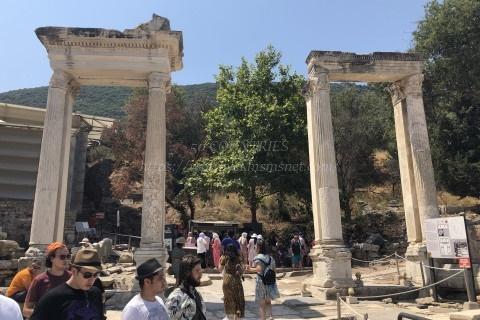 エフェソス遺跡-ハドリアヌス帝の門